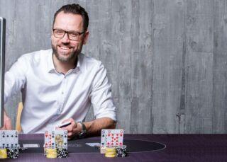 Virtuelles Team Event am Pokertisch Shot Front